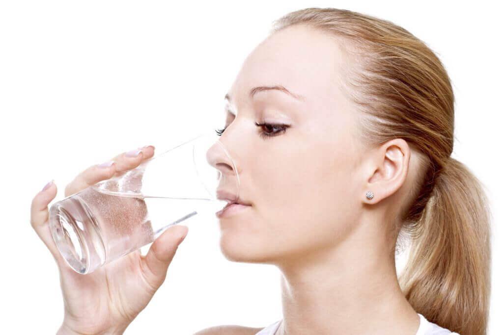 Tomar agua ayuda a achicar el vientre