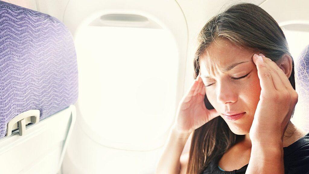 El dolor de cabeza durante el viaje en avión puede ser normal, conoce los motivos