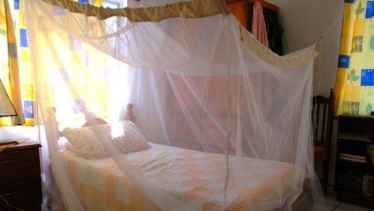 Dormir con mosquitero para evitar los mosquitos
