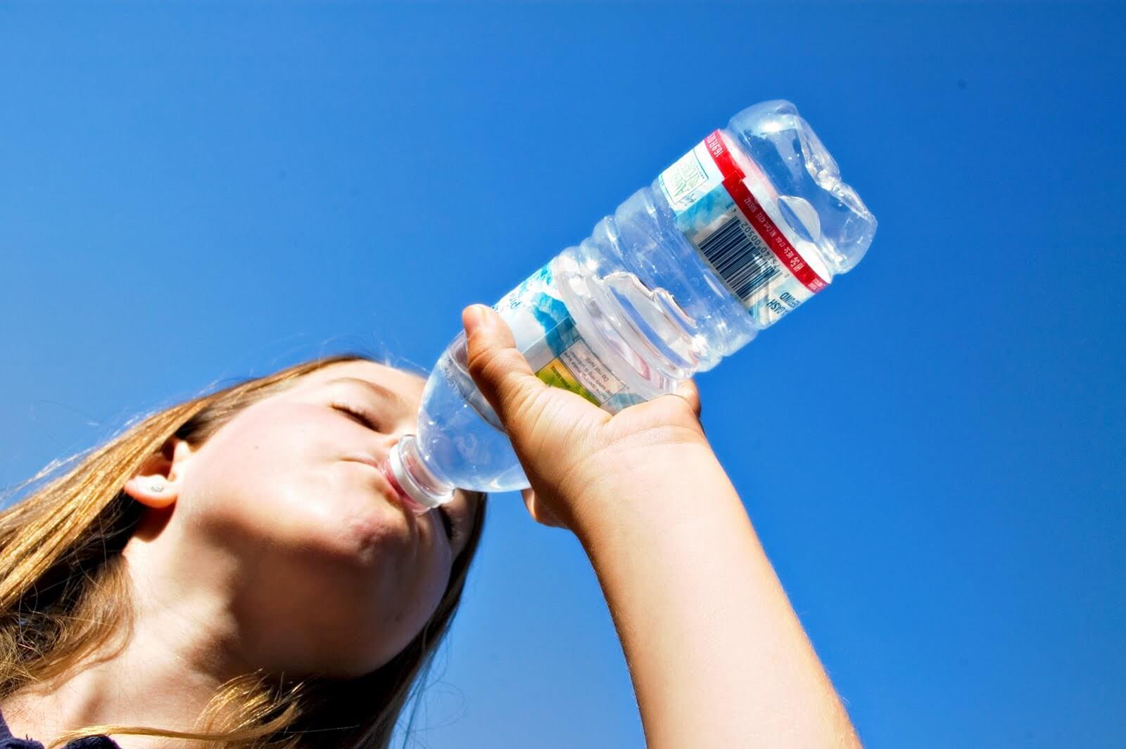 Beber agua ayuda a quienes padecen estreñimiento